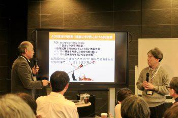 浅見さんに質問する関崎さんの写真