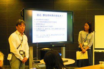 PowerPointで説明する関崎さんとファシリテーターの澤田さんの写真