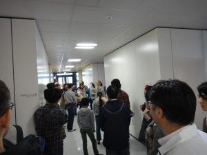 分析室前での写真